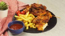 Aprenda a fazer um churrasco de frango crocante por fora e macio por dentro!