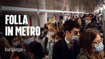 Folla e assembramenti nella metro di Milano: all'ora di punta treni pieni come prima della pandemia