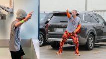 Papà non può entrare in ospedale e balla nel parcheggio, il figlio malato di cancro lo imita dalla finestra
