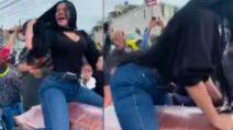 Vedova balla il twerking sulla bara del funerale del marito assassinato