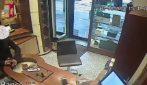 Milano, rapina a mano armata in gioielleria: le telecamere riprendono l'arresto del malvivente