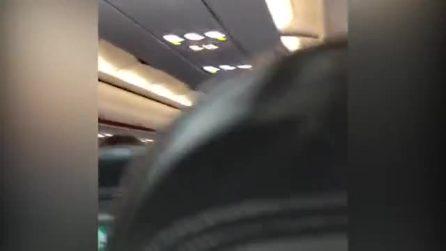 Si rifiuta di indossare la mascherina in aereo, la moglie lo schiaffeggia davanti a tutti