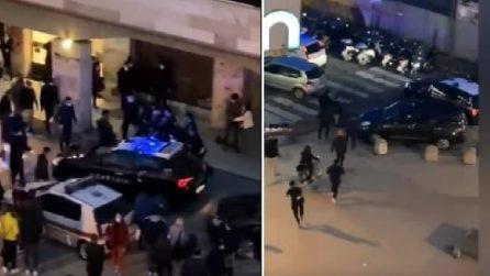 Livorno, assembramenti in strada: un gruppo di ragazzini aggredisce i carabinieri con mazze e pietre