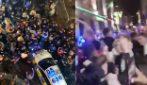 Boris Johnson chiude i pub a Liverpool, i ragazzi ballano in strada senza distanziamento