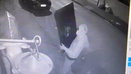 Uomo a volto coperto si scaglia contro Blackburger