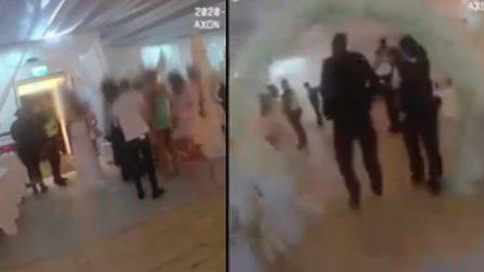 Coronavirus, il momento in cui la polizia irrompe durante un matrimonio con 100 invitati