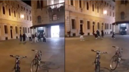 Notte di paura a Reggio Emilia, sparatoria in pieno centro storico: diversi feriti, uno è grave