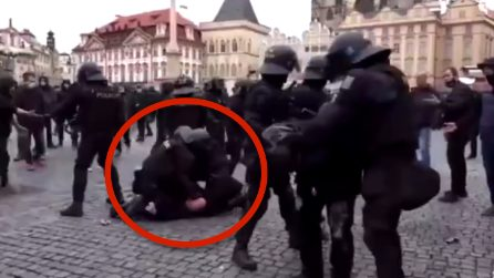 Praga, polizia blocca i manifestanti anti-restrizioni