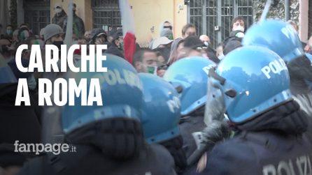 Scontri e cariche della polizia al corteo dell'estrema destra in centro a Roma