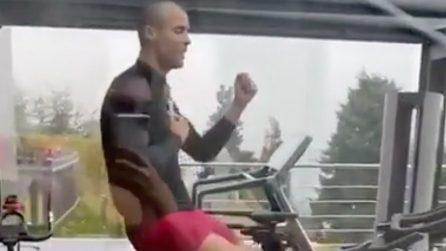 Cristiano Ronaldo si allena in casa e sfoggia un nuovo look