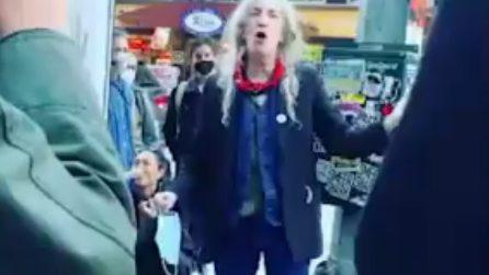 """Patti Smith in strada come un ambulante canta """"People have the power"""" e lancia un messaggio"""