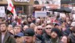 """Londra, migliaia di persone in strada: """"Ci stanno facendo lavaggio del cervello"""""""