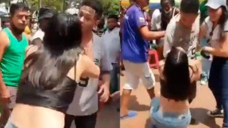 Vede il suo ex con la nuova fidanzata: lo ferma e gli chiede in ginocchio di tornare con lei