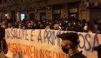 Napoli, proteste contro la chiusura dei negozi: migliaia di persone in piazza Plebiscito