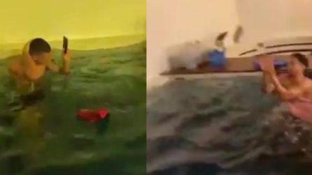 Marco Verratti preso di 'mira' dai compagni: in piscina palleggiano con il suo cellulare