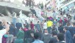 Terremoto Grecia e Turchia: persone si arrampicano sui palazzi alla ricerca di dispersi