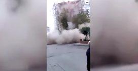 Terremoto, il momento in cui a Smirne viene giù un palazzo