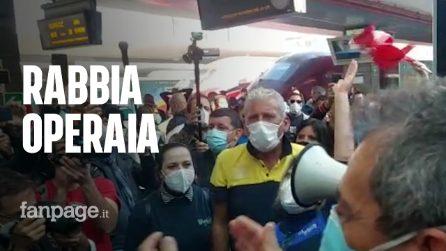 """Whirlpool, operai bloccano la stazione di Napoli centrale: """"Non molliamo"""""""