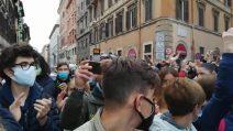 """Funerali Gigi Proietti, il ricordo dei romani: """"Era un grande, tutti dovrebbero prendere esempio"""""""