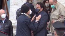 Ai funerali di Gigi Proietti Brignano piange, Paolo Bonolis lo conforta