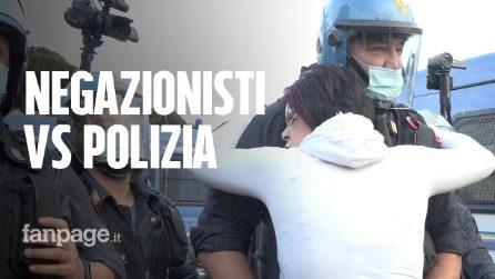 Blitz dei negazionisti all'Altare della Patria: polizia in antisommossa disperde i manifestanti