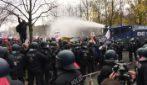 Idranti e centinaia di arresti alla protesta no-mask a Berlino