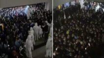 Shanghai, scoppia il caos in aeroporto: c'è un focolaio covid, test di massa per tutti