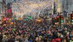 Londra, folla in strada per lo shopping natalizia: assembramenti e balli senza mascherina