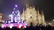 Milano, si accende l'albero in piazza Duomo