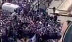 Migliaia di persone provano a entrare nella camera ardente di Maradona alla Casa Rosada