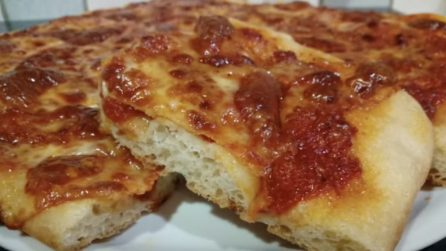 Pizza in teglia fatta in casa: la ricetta semplice per averla perfetta