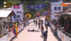 Il ciclista esulta prima del traguardo e cade rovinosamente