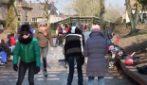 Olanda, pattinaggio sul ghiaccio e senza mascherina lungo i canali