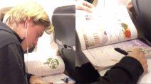 Jens Petter Hauge studia l'italiano durante il volo