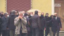 Paolo Rossi, la bara portata a spalla dai ragazzi dell'82