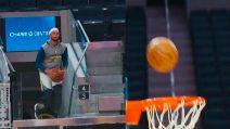 Steph Curry torna con un canestro dagli spalti: le immagini straordinarie