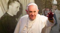 L'uomo venuto da lontano per spiegarci l'amore. Papa Francesco compie 84 anni