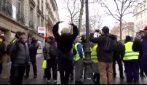 Comincia a ballare tra i Gilet gialli sulle note delle sirene della polizia