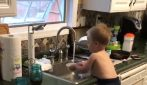 Parents hear noises in the kitchen: they find a funny, unexpected scene