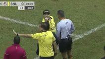 Faccia a faccia con l'allenatore avversario: Maradona espulso e i tifosi lo osannano
