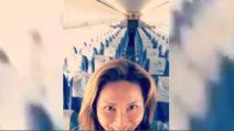 Si accorge di essere l'unica passeggera sull'aereo: non le resta che scatenarsi