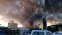 Incendio a Casoria: una nube nera avvolge l'edificio