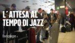 """Napoli, concerto in stazione Centrale. La band degli avvocati: """"Aspettiamo il treno suonando"""""""