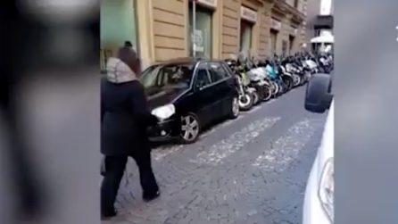 Napoli, auto parcheggiate su strisce pedonali e scivoli per disabili: ira del consigliere regionale