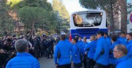 Madrid, i giocatori del Boca scendono dal pullman e non credono ai loro occhi