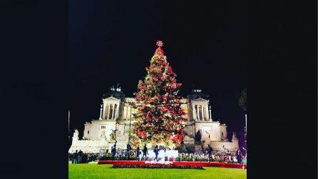 Roma, il momento dell'accensione di Spezzacchio: arriva a sorpresa anche Grillo