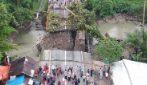 Le piogge ingrossano il fiume, il ponte crolla: le impressionanti immagini