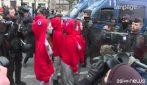 Parigi, Gilet gialli: azione delle Femen a seno scoperto