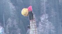 Belluno, il campanile piegato dalla furia vento: l'operazione da brivido a 48 metri d'altezza