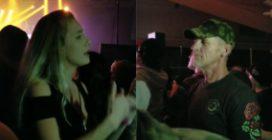 Al concerto con il papà sordomuto: quello che fa la figlia è commuovente